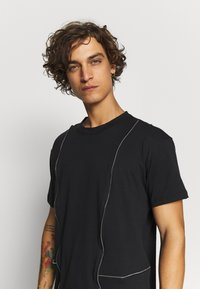 The Ragged Priest - TEE WITH ZIP PANELS - Jednoduché triko - black - 3