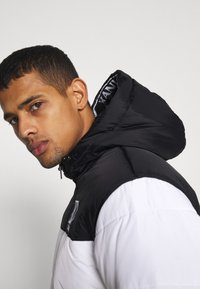 Karl Kani - HOODED BLOCK PUFFER JACKET - Winter jacket - white - 3