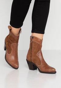 Alberto Zago - Cowboy/biker ankle boot - tan - 0