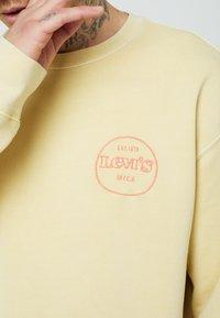 Levi's® - PRIDE RELAXED GRAPHIC CREW UNISEX - Felpa - yellows/oranges - 4