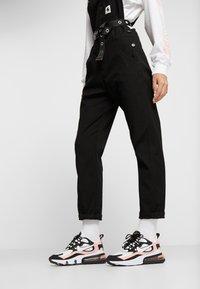 Nike Sportswear - AIR MAX 270 REACT - Joggesko - black/white/bleached coral/metallic gold/university red - 0