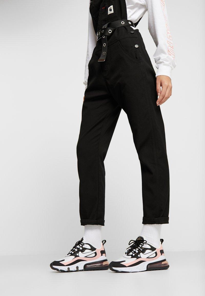 Nike Sportswear - AIR MAX 270 REACT - Joggesko - black/white/bleached coral/metallic gold/university red