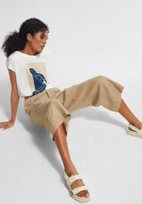 comma casual identity - MIT FRONTPRINT - Print T-shirt - white placed print - 4