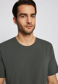 BOSS - Nachtwäsche Shirt - dark green - 3