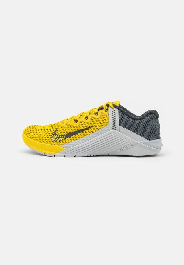 METCON 6 UNISEX - Sportovní boty - bright citron/dark smoke grey/grey fog