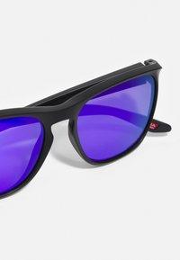 Oakley - MANORBURN UNISEX - Gafas de sol - matte black/violet - 3