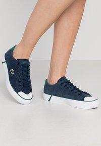 Lacoste - LACOSTE - DAMEN SPORTSWEAR SCHUHE - Sneakersy niskie - nyv/grn - 0