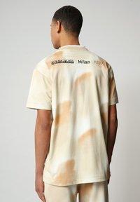 Napapijri - S-AIRBRUSH SS AOP - Print T-shirt - beige camou - 2
