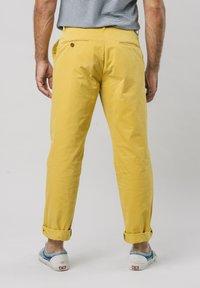 Brava Fabrics - NARCISO PLEATED - Chinos - yellow - 2