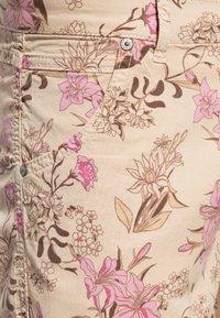 Amor, Trust & Truth - MIT FLORALEM  LOLA - Denim shorts - beige - 2