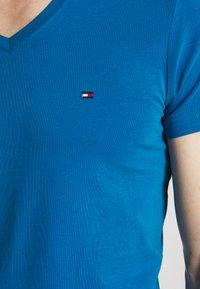 Tommy Hilfiger - STRETCH SLIM FIT VNECK TEE - T-shirts basic - blue - 5