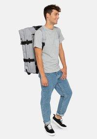 Eastpak - STRAPVERZ M - Klädförvaring - sunday grey - 0