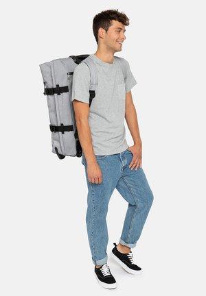 STRAPVERZ M - Suit bag - sunday grey