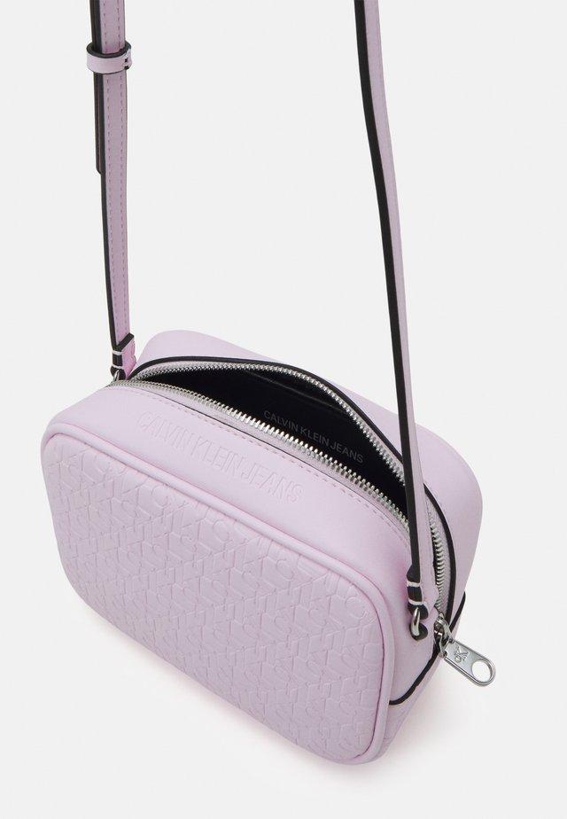 CAMERA BAG - Taška spříčným popruhem - pink