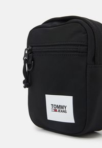 Tommy Jeans - URBAN ESSENTIALS CHEST BAG - Ledvinka - black - 4