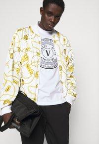 Versace Jeans Couture - MOUSE - Camiseta estampada - white - 4