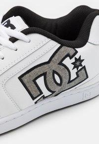 DC Shoes - NET UNISEX - Skate shoes - white/battleship - 5