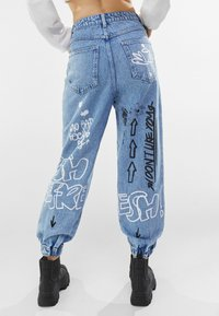 Bershka - MIT PRINT UND GRAFITI  - Jeans Tapered Fit - blue denim - 2