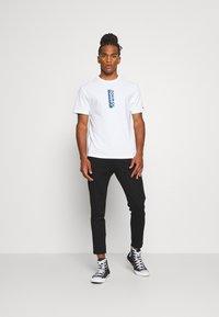 Tommy Jeans - TJM VERTICAL LOGO TEE - T-shirt print - white - 1