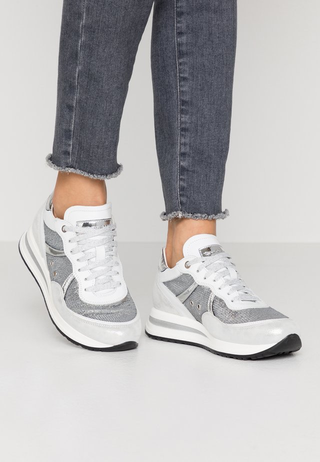 NANCY  - Sneakers basse - silver