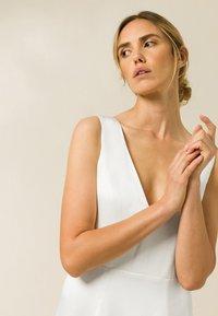 IVY & OAK - Společenské šaty - pearl - 3