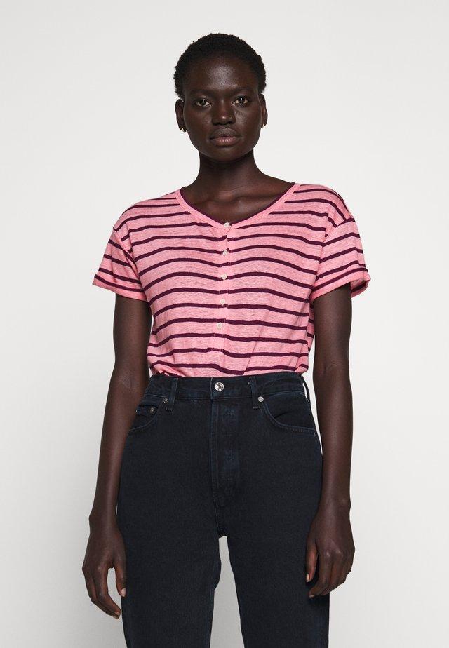 ROLL CUFF HENLEY STRIPE - T-shirts med print - pink/iris marie