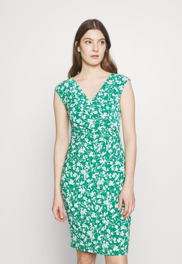 PRINTED MATTE DRESS - Pouzdrové šaty - malachite/colonia