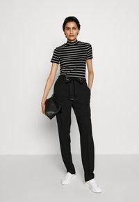 HUGO - DAROLINE - T-shirt z nadrukiem - black - 1