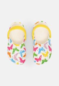 Crocs - CLASSIC VACAY VIBES - Sandály do bazénu - white - 3