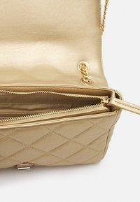 Valentino Bags - ADA - Across body bag - oro - 3