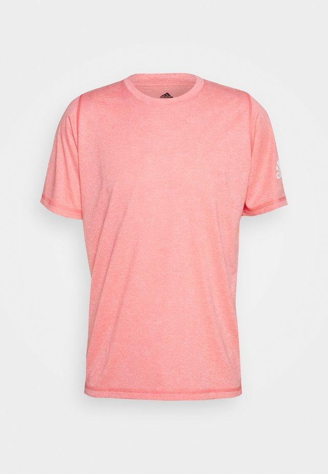 FREELIFT AEROREADY TRAINING SHORT SLEEVE TEE - Camiseta básica - red