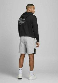 Jack & Jones - Shorts - light grey melange - 2