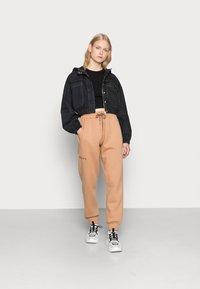 Missguided - LOOPBACK JOGGERS - Pantalones deportivos - camel - 1