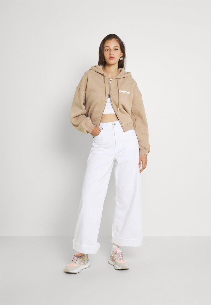 WRSTBHVR - CORBY HOODED ZIP WOMEN - Zip-up sweatshirt - roasted beige