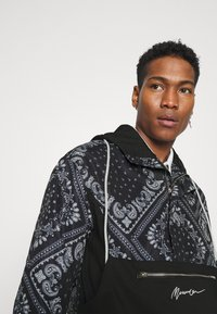 Mennace - BANDANA PRINT OVERHEAD JACKET - Windbreaker - black - 3