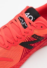 New Balance - LONDON MARATHON - Obuwie do biegania treningowe - red