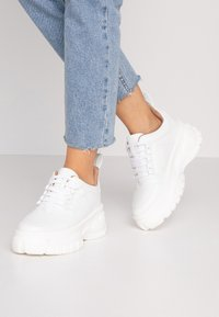 Missguided - CHUNKY LACE UP TRAINER - Matalavartiset tennarit - white - 0