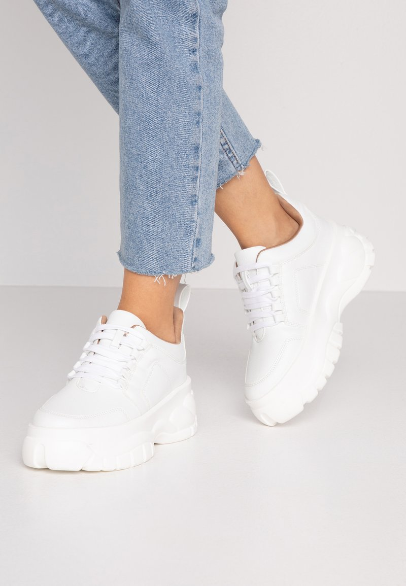Missguided - CHUNKY LACE UP TRAINER - Matalavartiset tennarit - white