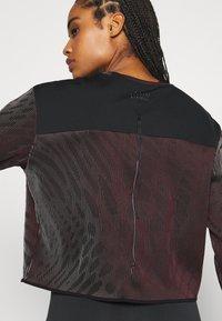 Nike Performance - RUN DIVISION HOLOKNIT  - Camiseta de deporte - black/team red - 3