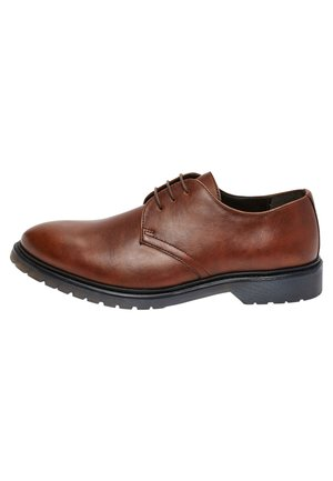TAN CLEATED SOLE LEATHER DERBY SHOES - Elegantní šněrovací boty - brown