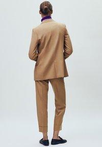 Massimo Dutti - MIT UMGESCHLAGENEM SAUM - Bukser - beige - 5