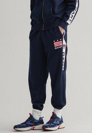 RETRO SHIELD - Teplákové kalhoty - evening blue