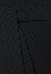 Missguided Maternity - SHOULDERPAD BELTED - Pouzdrové šaty - black - 2