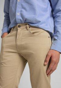 Lee - DAREN ZIP FLY - Trousers - service sand - 4