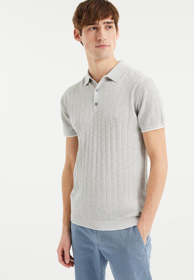 WE Fashion - MET STREEPSTRUCTUUR - Polo shirt - light grey