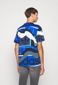 adidas Originals - TEE - T-shirt med print - tech indigo - 2