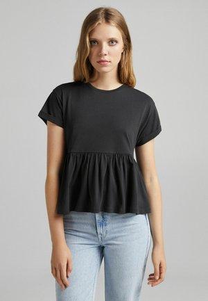 MIT KURZEN ÄRMELN UND VOLANTS - Print T-shirt - black