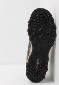 Columbia - PEAKFREAK X2 MID OUTDRY - Hiking shoes - hiker green/cedar - 4