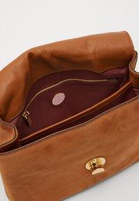 Coccinelle - LIYA CHEVRON MED SATCHEL - Handbag - multi/ caramel - 3