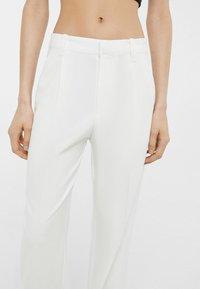 Bershka - Spodnie materiałowe - white - 3